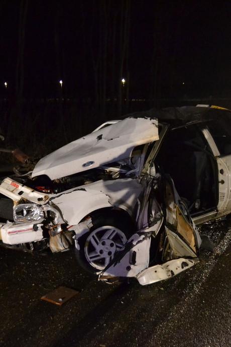 Bestuurder uit auto geslingerd bij ongeval op A15