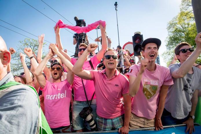 Wielerliefhebbers in het roze voor de Giro d'Italia in Arnhem.