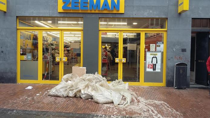 Het wietafval ligt voor de Zeeman. De winkel is gesloten.