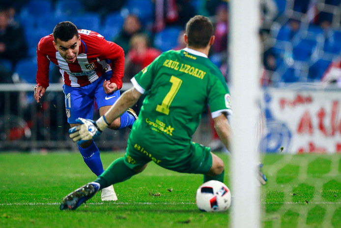 MADRID, SPAIN - JANUARY 10:  Angel Martin Correa (L) of Atletico de Madrid scores their second goal across goalkeeper Raul Lizoain (R) of UD Las Palmas during the Copa del Rey  Round of 16 second leg match at Estadio Vicente Calderon on January 10, 2017 in Madrid, Spain.  (Photo by Gonzalo Arroyo Moreno/Getty Images)