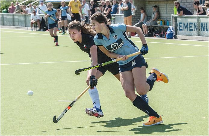 Michelle Simons (rechts) maakte zondag de 1-0.