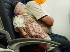 Vrouw zit twee vluchten lang naast griezelige pop