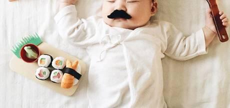 Moeder trekt slapend dochtertje maffe outfits aan