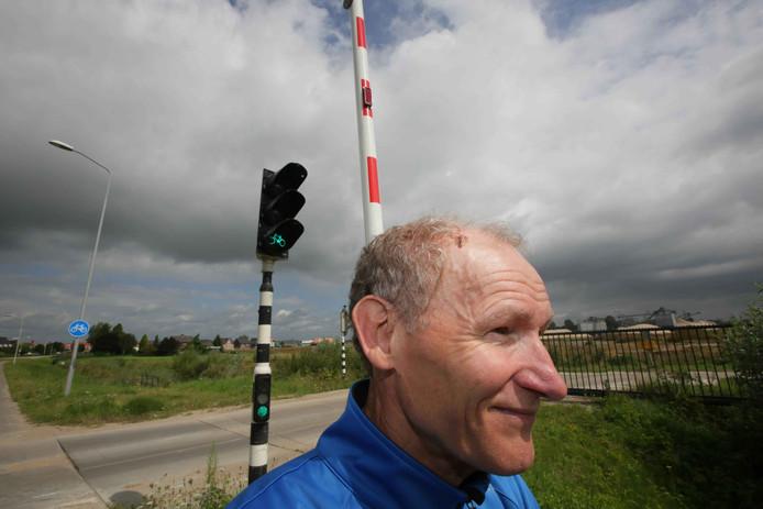 Geert-Jan Reuser bij de slagboom die een wond op zijn hoofd veroorzaakte.