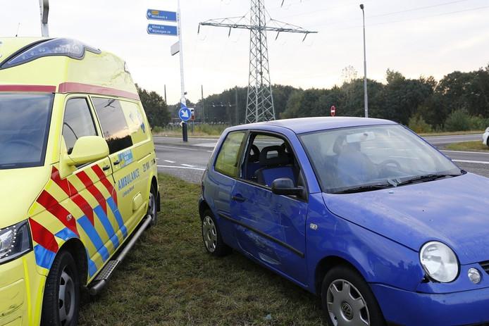 De beschadigingen aan de ziekenwagen en personenauto in Gennep.