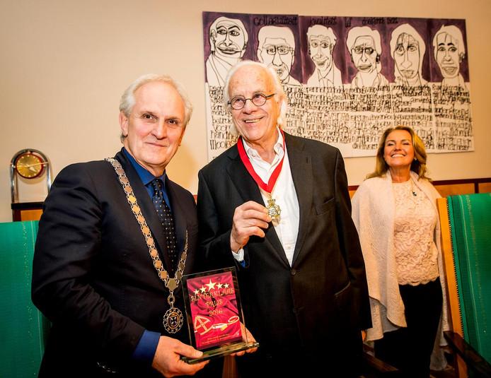 Burgemeester Pieter Broertjes mocht de Sinterklaasprijs vanmiddag uitreiken aan Bram van der Vlugt.