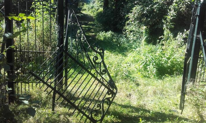 Het vernielde hek bij kasteel Waardenburg.