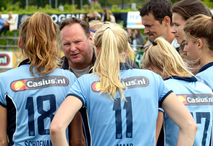 Coach Anthony Potter spreekt de speelsters van Nijmegen toe in een eerder duel. Archieffoto.