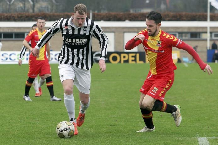 Eef van Riel (links) in duel met Sander Duits van Go Ahead Eagles.