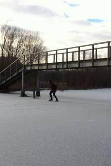 Schaatsers glijden over krakend ijs in Wageningse uiterwaarden