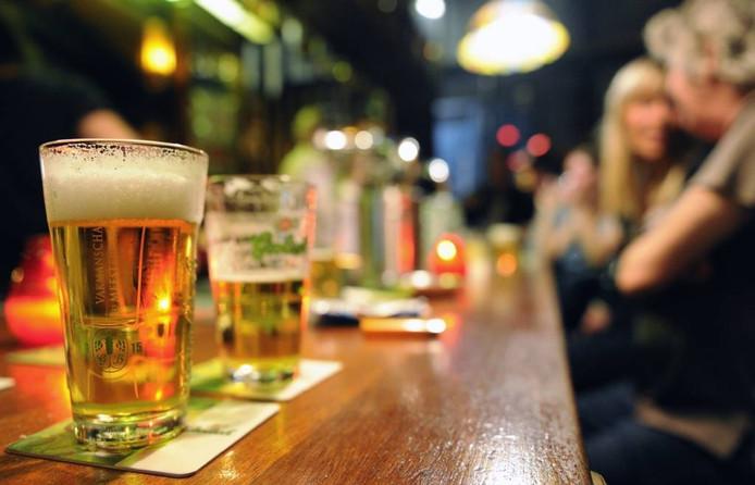 Een biertje op de bar.