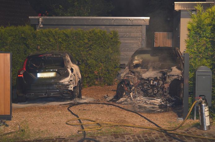 De auto's zijn zwaar beschadigd door de brand