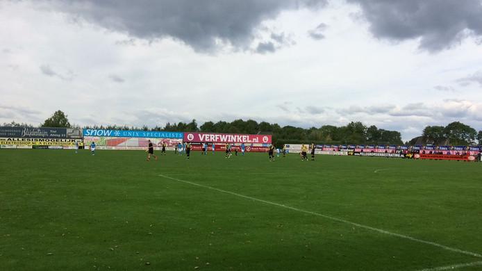 Donkere wolken in Waardenburg. Houden we het droog tijdens de wedstrijd van WNC tegen Heinenoord in de eerste klasse Zuid 1.