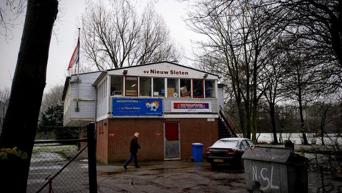 Voetbalclub Nieuw Sloten de ochtend nadat leden van een jeugdelftal een grensrechter hebben mishandeld in tijdens een wedstrijd in Nieuw Sloten