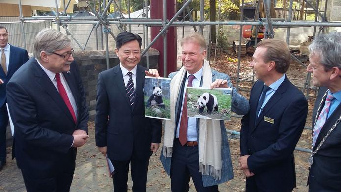 Directeur Marcel Boekhoorn van Ouwehands Dierenpark krijgt foto's van Wu Wen en Xing Yu.