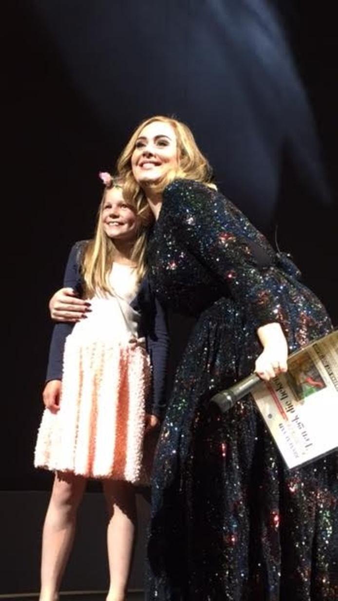 Adele en Charlotte op het podium van de Ziggo Dome.
