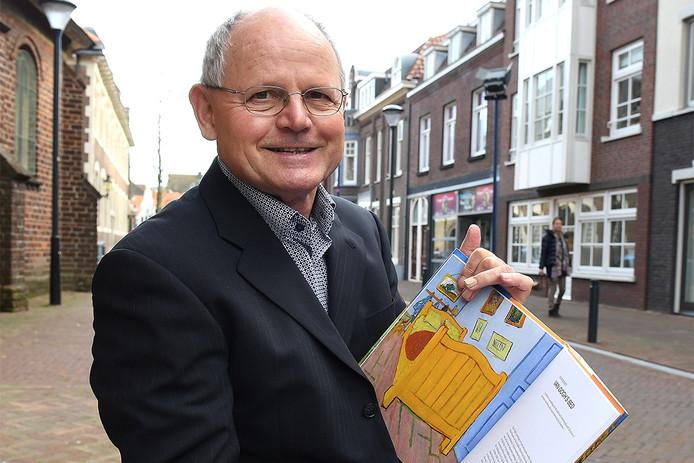 Historicus Peer Meurkens in Boxmeer met een afbeelding van het schilderij De Slaapkamer van Van Gogh.