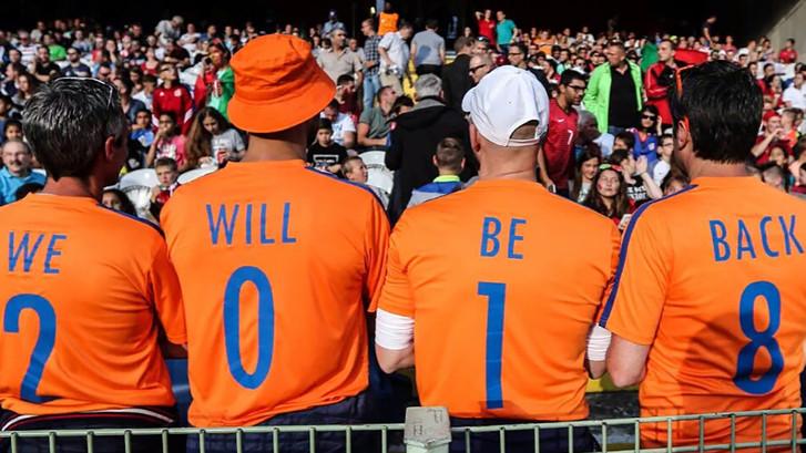 Nederlandse voetbalfans laten zich trots zien op EK