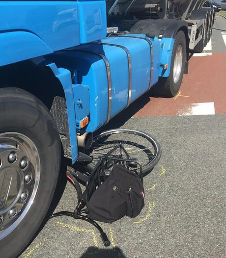 Fietser komt met schrik vrij na botsing met vrachtwagen