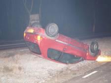 Auto belandt op kop in berm bij Varsseveld