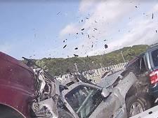 Vrouw door omstanders uit brandende auto gered