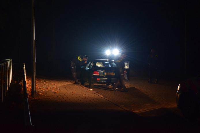 Agenten controleren een auto van één van de hangjongeren in Nijmegen.
