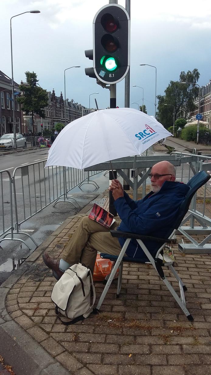 Jan Vennegoor zit op de St. Annastraat om 08:45 uur al klaar voor de intocht.