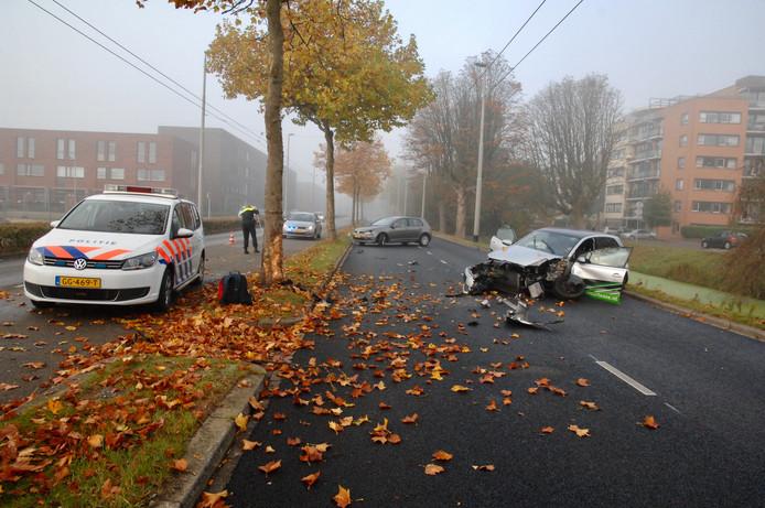 Bij een aanrijding op de IJsselllaan in Arnhem zijn de bestuurder en een kind dat achtrin de auto zat, gewond geraakt.
