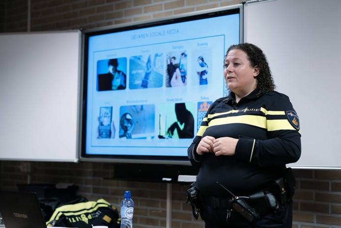Dat de negatieve kanten van het gebruik van sociale media soms strafbaar zijn, werd verteld door een politieagent.