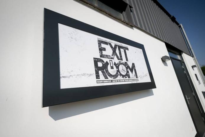 Het bord op de gevel van de Exit Room in Elst.