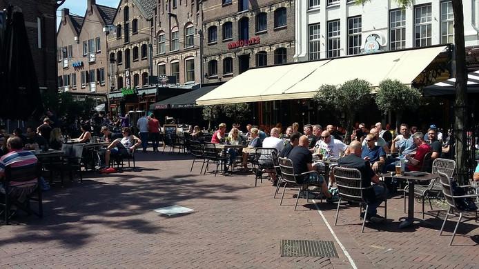 Iron Maiden-fans op het terras in Arnhem.