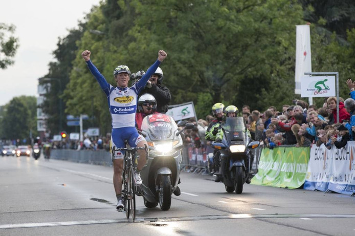 Yves Lampaert gaat in de zomer van 2014 juichend over de finish in Veenendaal.