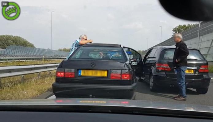 De man (links) haalt uit naar zijn snelwegrivaal op de afrit van de A12 bij Velperbroek.
