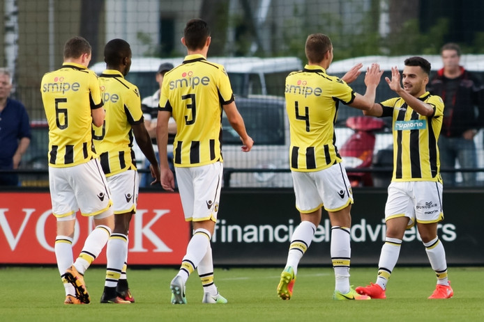 Jong Vitesse - GVVV Jong Vitesse speler Anil Mercan (r) scoort de 3-1 voor Jong Vitesse en viert dit met zijn teamgenoten.