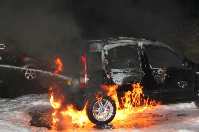 Een auto aan de Neerijnenlaan gaat in vlammen op.