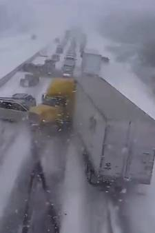 VIDEO: Massale kettingbotsing in Canadese sneeuwstorm