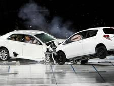 Stel vecht scheiding uit met hun auto's op de snelweg