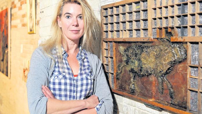 Malou de Wijs bij haar kunstwerk waarin een doodgereden haas is verwerkt. 'Het beest lag daar maar, maandenlang, alsof het verschil tussen dood en leven er niet toe deed.'