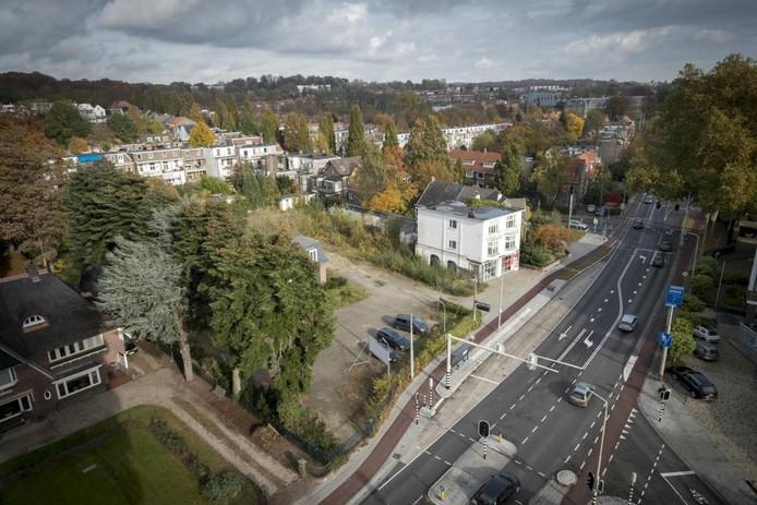 De plek van de toekomstige supermarkt, gezien vanaf de Hulkensteinseflat. Het witte gebouw rechts is de voormalige garage Hegeman.