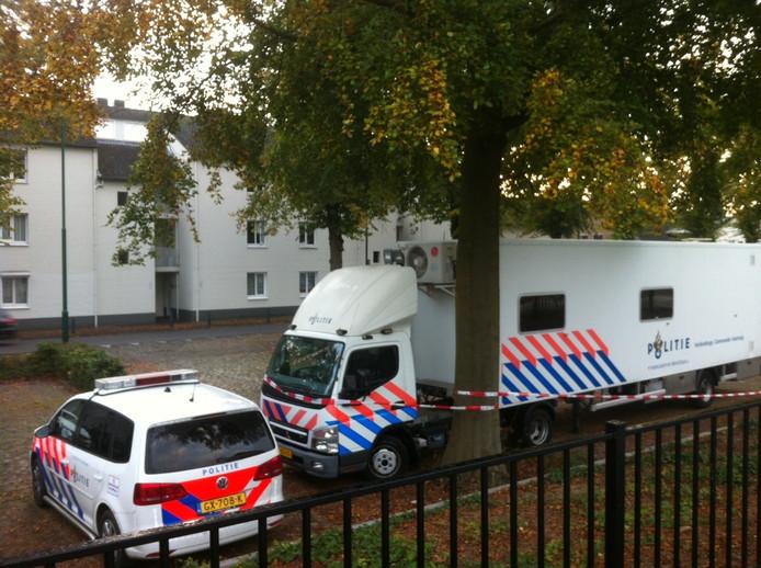 Onderzoek van de politie, maandag, na de vondst van de overleden persoon in de woning in Cuijk.