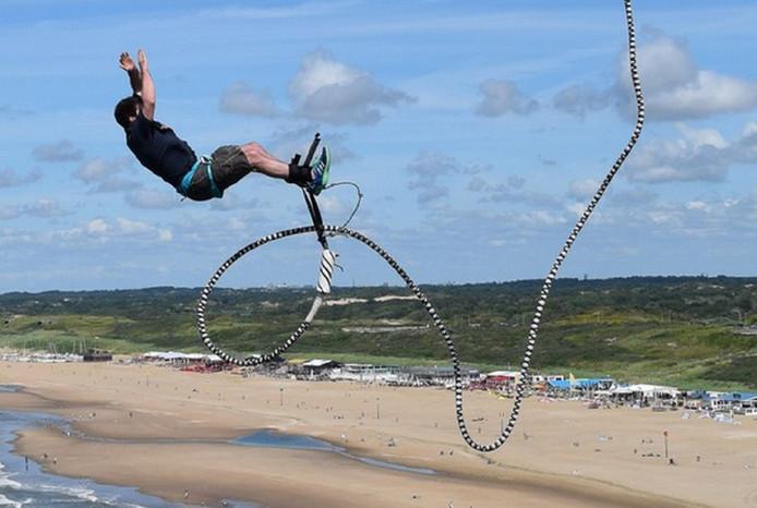 Vanaf de toren op de Pier in Scheveningen is goed te zien hoe ver een bungeejumper terug kan veren na de sprong in de leegte. Het Nederlandse woord voor deze vrijetijdsbesteding voor adrenalinejunks is niet voor niets elastiekspringen.