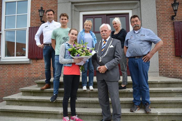 Femke Spiering en haar supportende familie met burgemeester Veerhoek op het gemeentebordes.