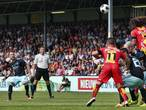 Ajax bezweert crisis en wint ruim in Deventer in kaartrijk duel