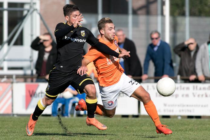 Jong Vitesse speler Julian Leliveld (links) in duel met TEC speler Walter Kiomegni (rechts)
