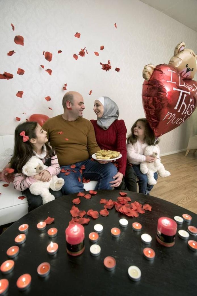 Feras Jouma met zijn vrouw Dania en hun dochters Hala en laya. Foto: Gerard Burgers