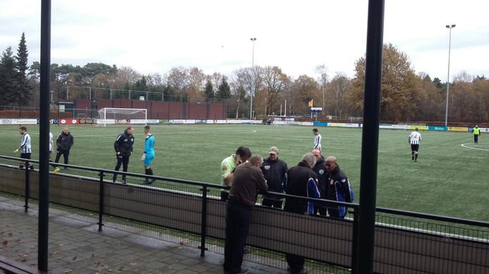 Arbiter Stienezen verliet geblesseerd het veld bij Dierense Boys-Eldenia.