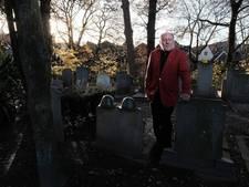 Piet krijgt erespeld voor jarenlang onderhoud oorlogsgraven