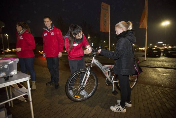 Het ik-val-op-team in actie bij station Westervoort. Foto Bart Harmsen