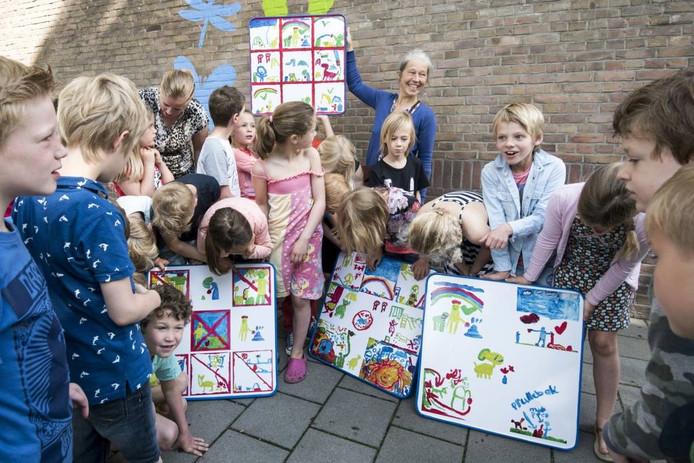 De kinderen van groep 4 zien hun borden voor het eerst.
