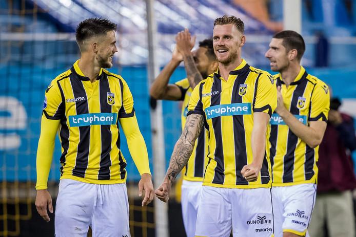 Maikel van der Werff viert de overwinning van Vitesse tegen FC Groningen met ploeggenoten Ricky van Wolfswinkel (links) en Arnold Kruiswijk.